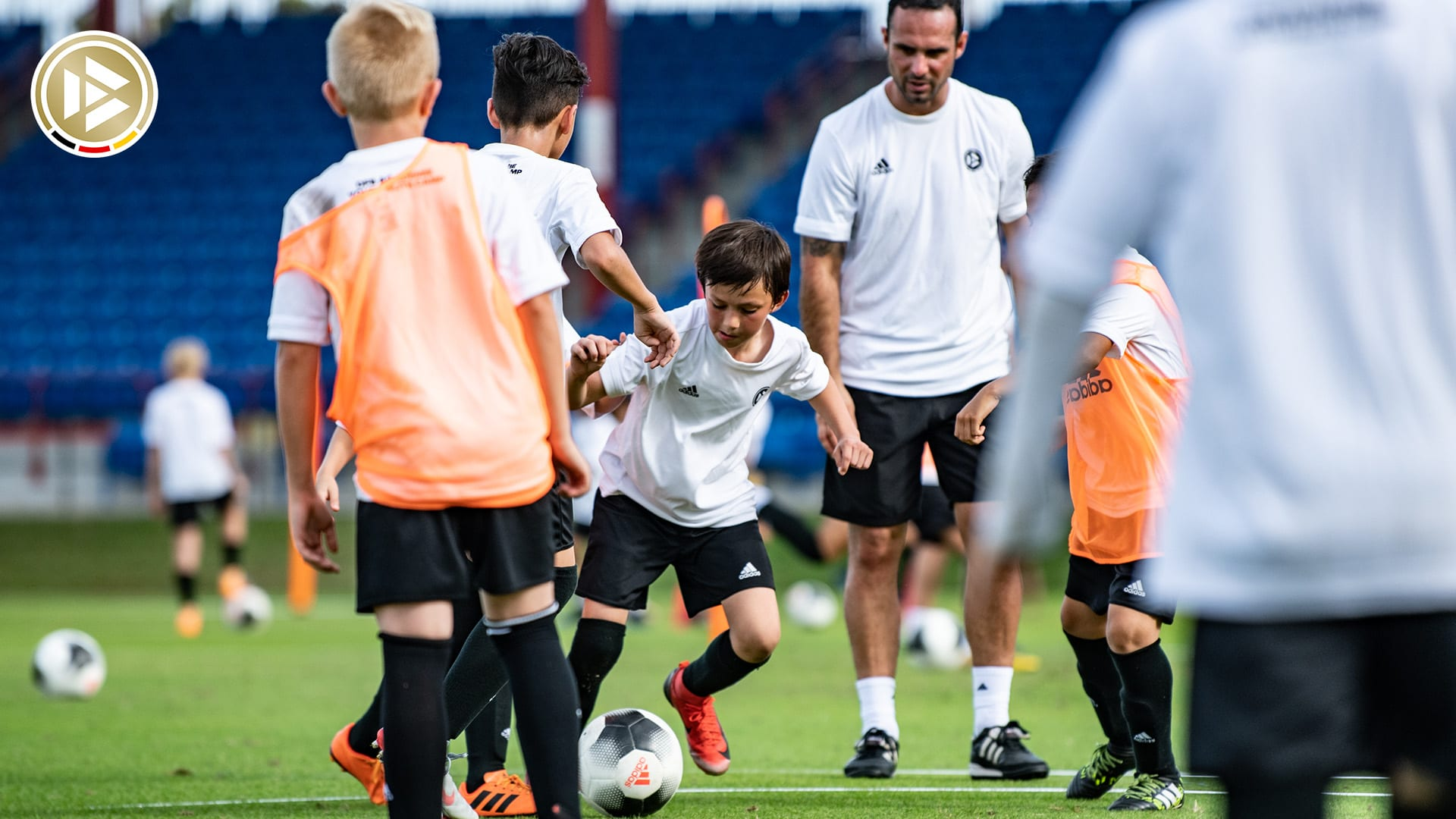 FORT LAUDERDALE, FL - DECEMBER 28: German professional Coach Alexander Nouri and athletes in action during the DFB Elite Youth Soccer Camp at Central Broward Stadium on December 28, 2018 in Fort Lauderdale, Florida. (Photo by Mark Brown/Getty Images) *** Local Caption *** Alexander Nouri